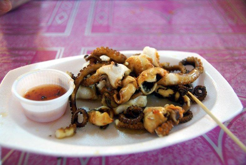 Блюдо из осьминога на ночном рынке в Паттайе