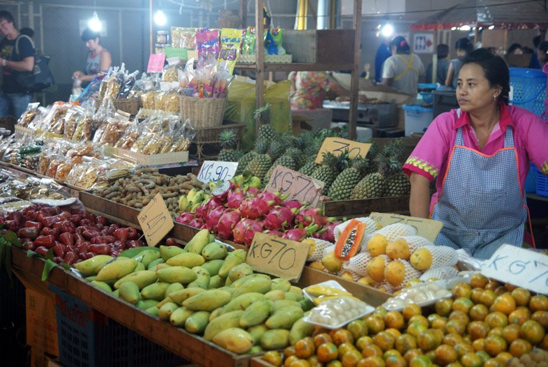 Фрукты на ночном рынке Тепразит