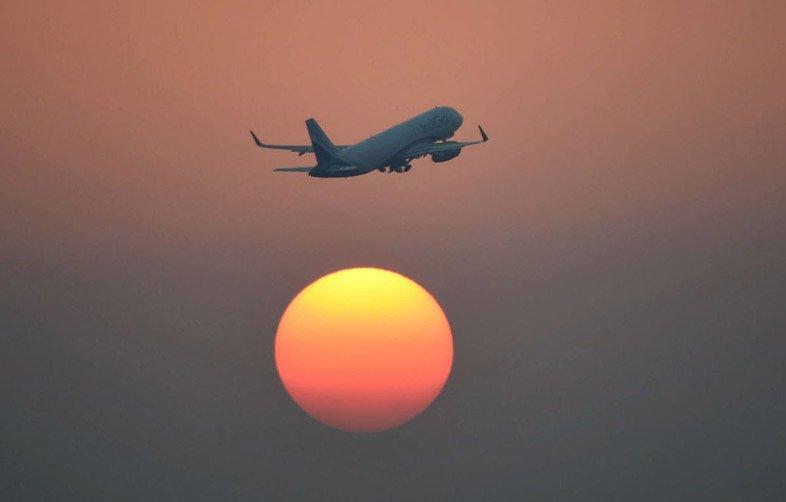 Самолет в вечернем небе