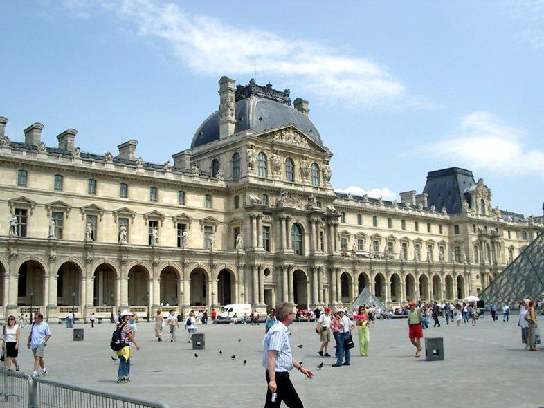 Париж-здание Лувра