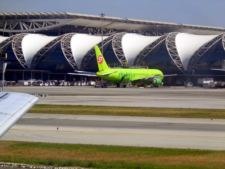 самолет S7 в аэропорту Бангкока