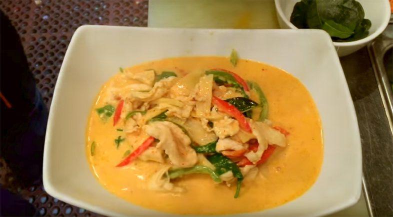 Красный тайский кари с курицей