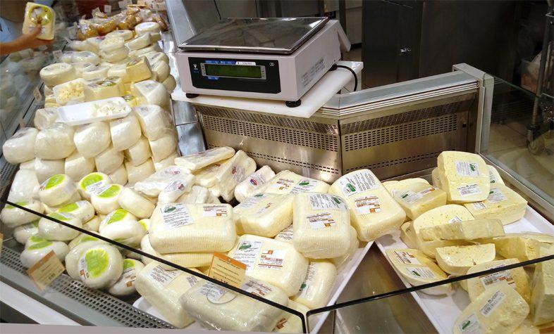 Грузинский сыр в супермаркете Батуми