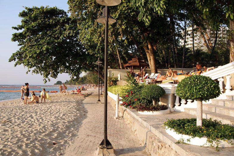 Пляж Вонгамат напротив кондоминимума Скай Бич на севере Паттайи