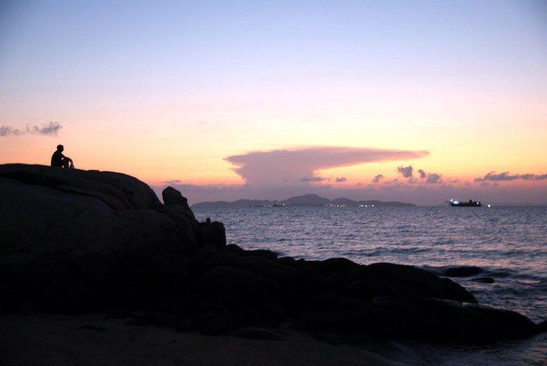 Мыс на юге пляжа Вонгамат