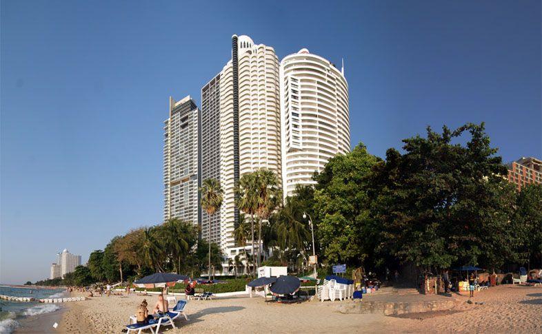 Пляж Вонгамат напротив отеля Центара