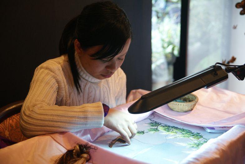 вышивальщица на фабрике шелка