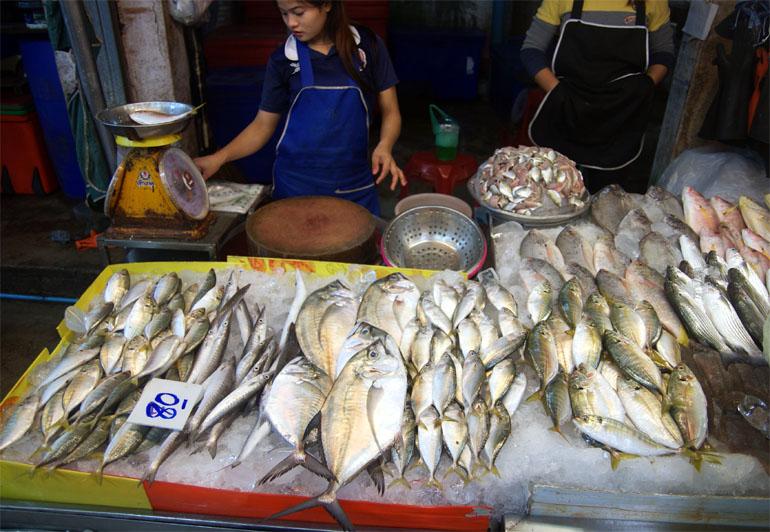 Прилавок с рыбой и морепродуктами на рынке в Паттайе