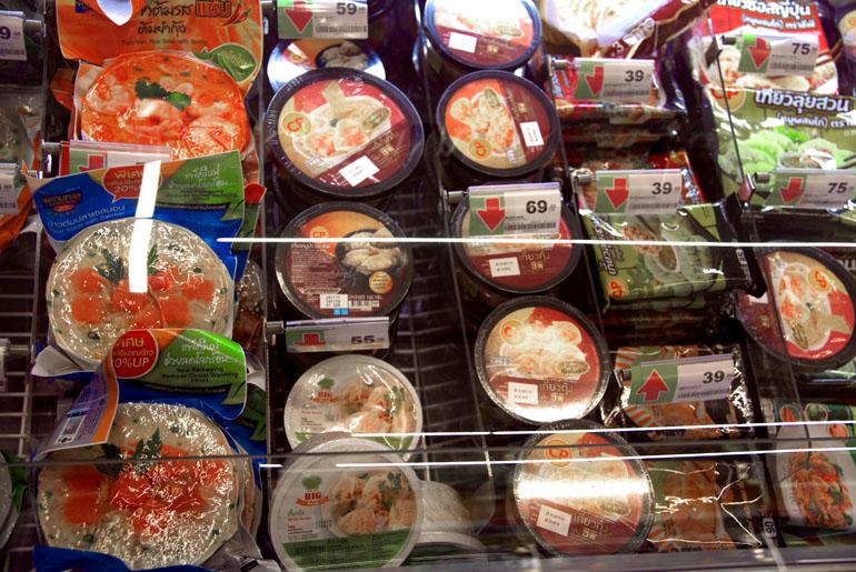 Прилавок с упаковками готовой еды в торговом центре Паттайи
