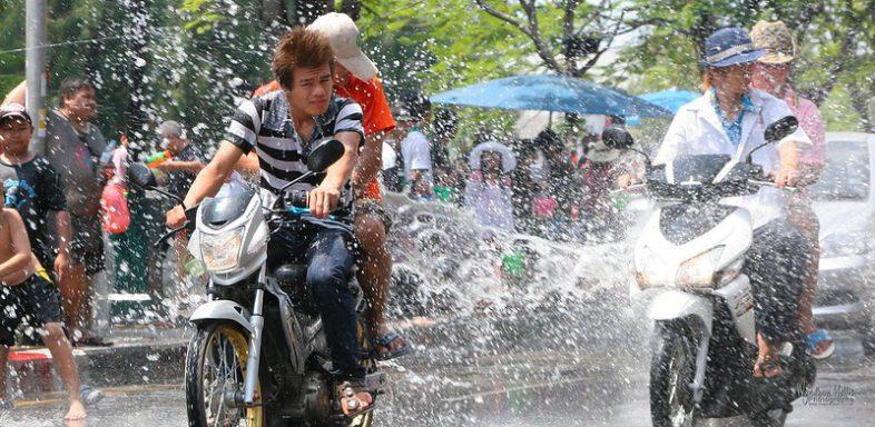 Обливание водой в тайский Новый Год Сонгкран