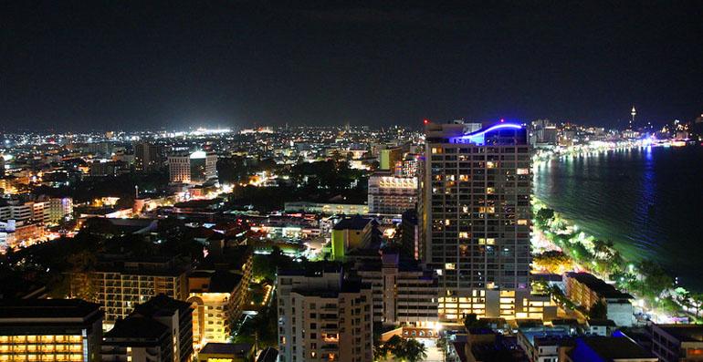 Вид на ночную Паттайю из ресторана