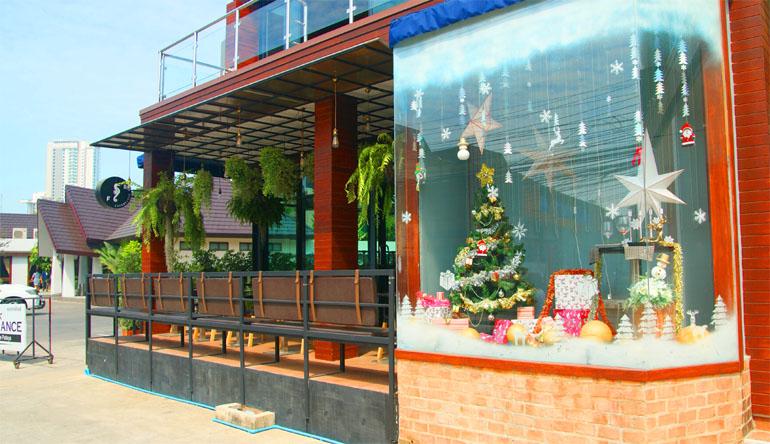 Кафе в Паттайе, украшенное к Новому Году