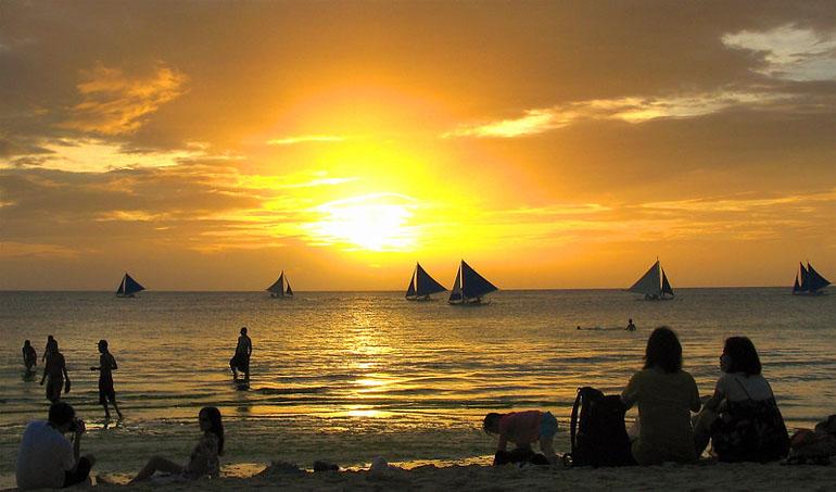 Белый пляж в Баракае на Филиппинах. Закат солнца